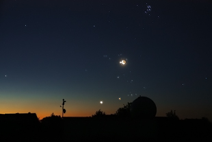 Mondsichel und Jupiter ber der Sternwartenkuppel am 15.07.2012